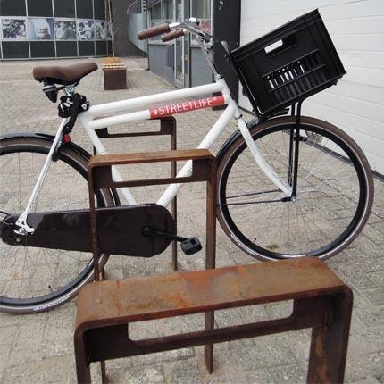 corten-fietsbeugels-foto-met-fiets